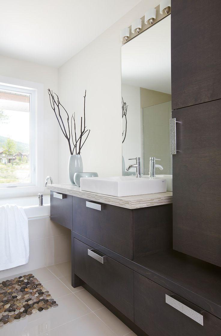 Dans cette salle de bains de style moderne nous retrouvons un mobilier asymétrique de style