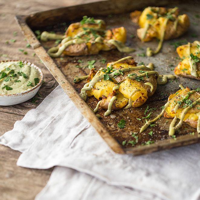 Knusprige Kartoffeln mit Avocado-Knoblauch-Aioli