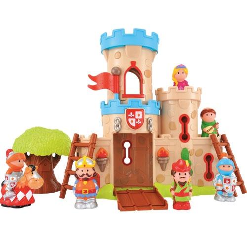 Oyez, Oyez, bienvenue au château d'Happyland ! Grâce à cet univers riche en accessoires et personnages votre tout-petit découvrira le monde médiéval avec le château et son pont-levis, les tours et le donjon. Laissez-vous conter l'histoire de Robin des bois grâce aux figurines facilement préhensibles de Robin, Marianne, le roi Richard et bien d'autres...