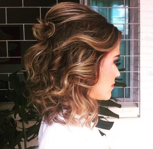 penteado de festa cabelo curto | cachos e meio preso para cabelos acima do ombro
