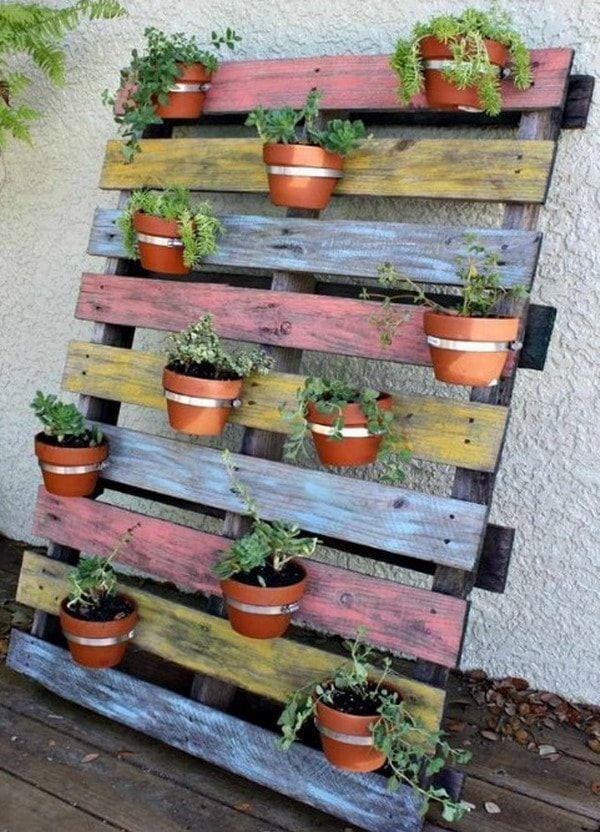 Macetas colgadas de palets de madera