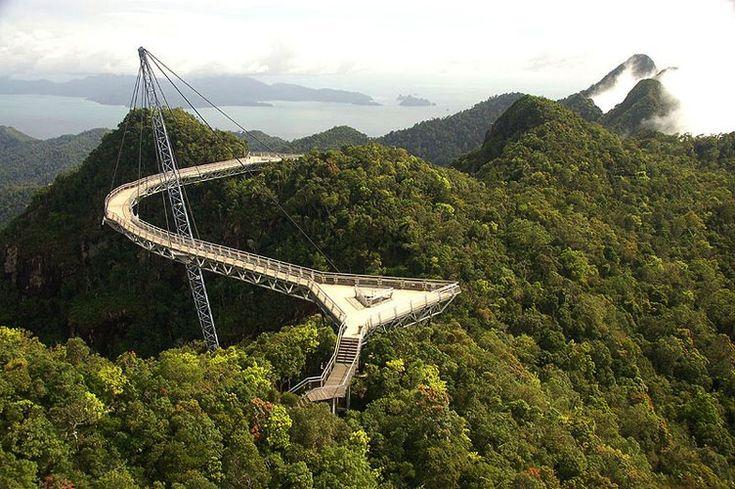 Langkawi Sky Bridge - Esta ponte de 125 metros de comprimento na Malásia é somente para pedestres, também pudera, ela fica no topo do Gunung Mat Chinchang, em Pulau Langkawi, a 700 metros do nível do mar. Construída para servir de ponto de observação das belezas da região, chama atenção por sua estrutura peculiar. Ela toda é sustentada por apenas um único pilar, que mantém a ponte fixa por cabos como uma espécie de guindaste. Muitos turistas ficam com medo de encarar a travessia, mas os…