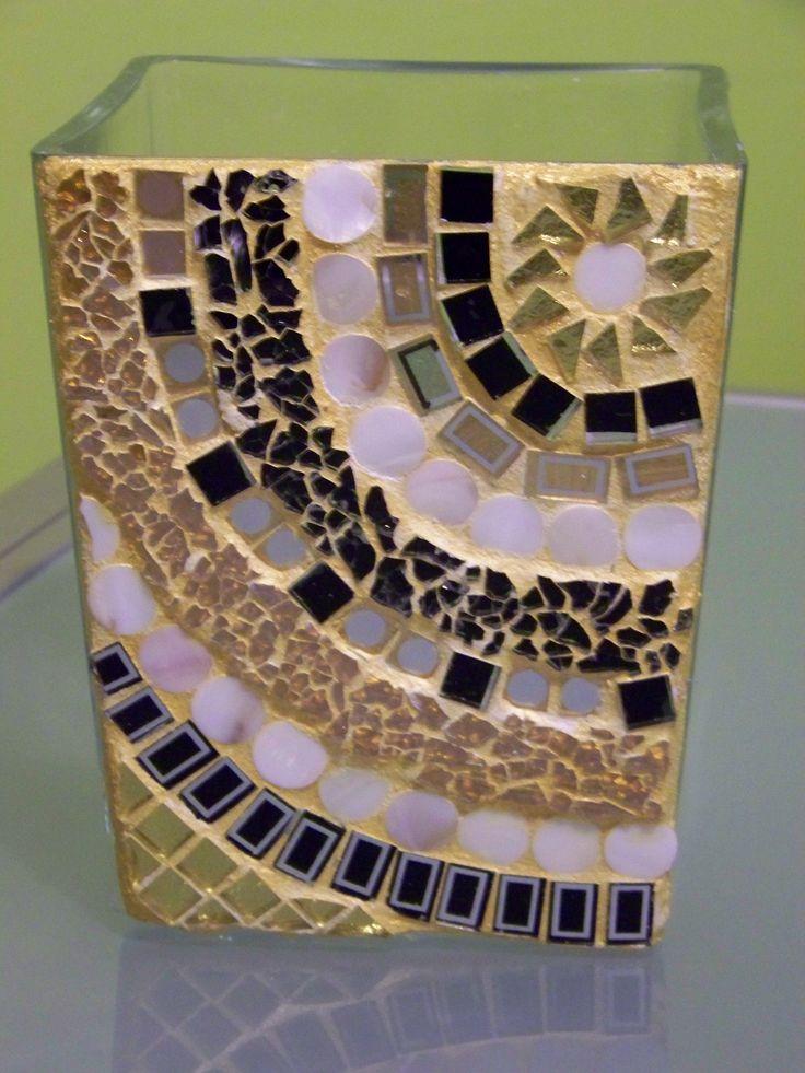 vaso piramidale in vetro con frontale decorato in mosaico di vetro nero, tessere in oro specchiato, madreperla, vetro oro craklé