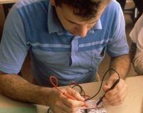 Cette étude s'adresse particulièrement aux personnes qui exercent déjà une activité professionnelle en électricité ou en électromécanique, désireuses de se perfectionner dans le domaine de l'électronique.