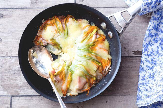 Il tortino di patate in padella è un piatto sfizioso con un irresistibile cuore filante di fontina.