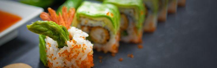 """Le """"Dragon"""" de Planet Sushi. Difficile à réaliser, mais réalisable en 15' pour 8 Dragons. Ingrédients: 85 g de riz vinaigré  25 g d'avocat  2 crevettes tempura  2 g de tobiko (œufs de poisson volant)  ½ asperge  ½ feuille d'algues nori  Un filet de mayonnaise épicée  Une pincée de graines de sésame  Matériel : Makisu (natte en bambou)."""