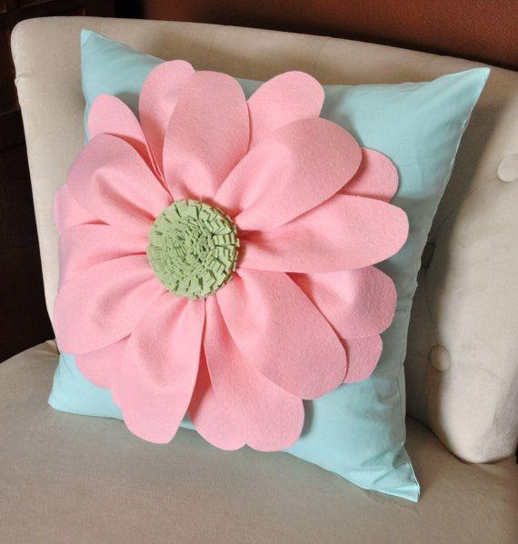 Flor Margarita de fieltro en almohada de Aqua-nuevo por bedbuggs