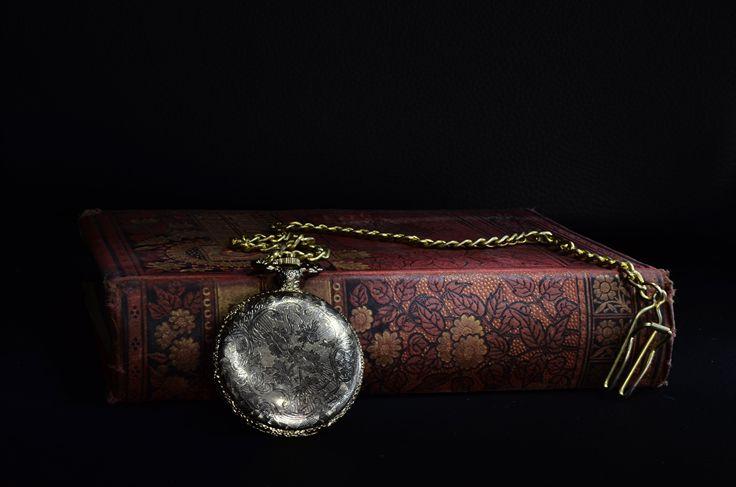 Reloj Retrô En gran plano Reloj de bolsillo Libro antiguo