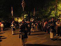 Cirial - Wikipedia, la enciclopedia libre   Los ciriales son candelabros altos que se llevan en procesiones. Hay de dos tipos:  los que tienen astas para ser llevados los que tienen base (que en realidad son como candelabros de altar)