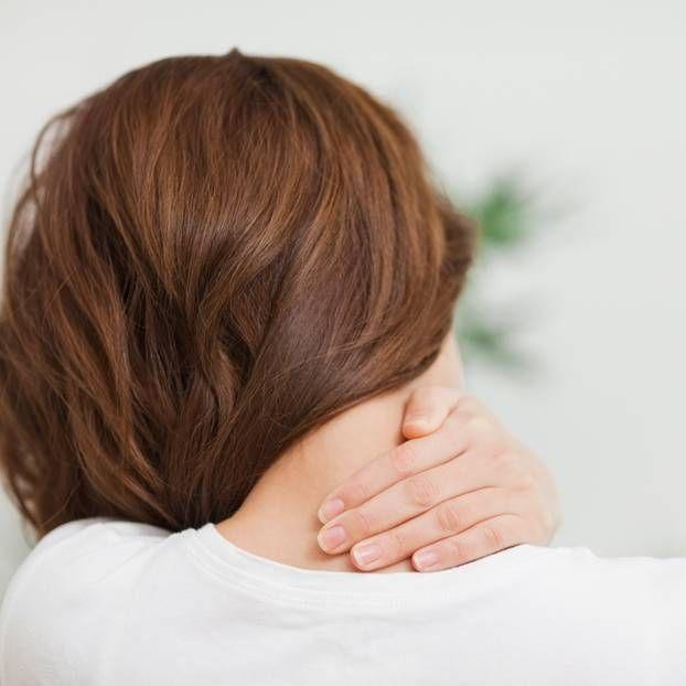 Sie sind unangenehm, schmerzhaft und nicht immer mit Hausmitteln zu lindern. Was Nackenverspannungen auslöst, was du dagegen tun kannst und wie Ärzte helfen.