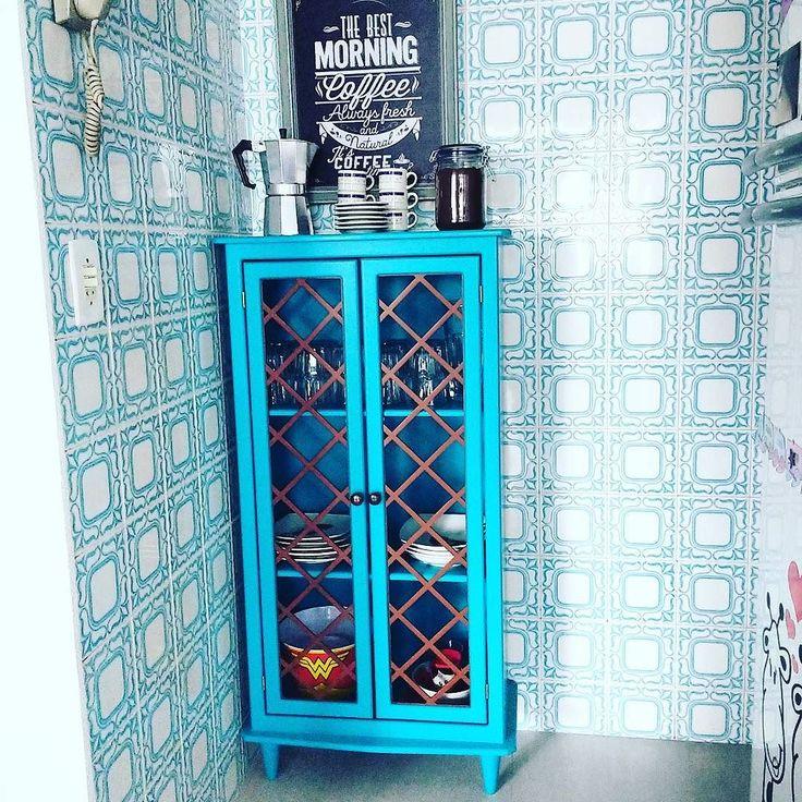 Estou amando o novo armário da nossa cozinha!   E a Isabela também adorou ficou mais fácil para ela pegar os itens para ajudar arrumar a mesa!   E fiz um espaço do café no armário novo!!   Esse é o modelo Armário Vintage Azul!!! É da @aprimoredecor a loja tem móveis lindos e eles já chegam montados!!!!!! Tudo de bom!!!  #aprimoredecor #cozinha #decoraçãodecozinha #armarionovo #moveisvintage #dicademãe #cuidandodacasa