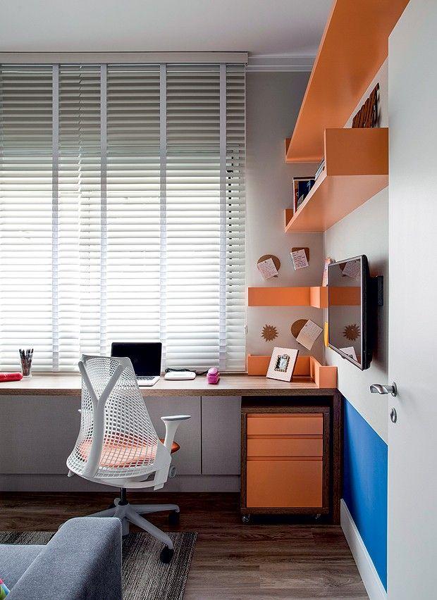 O espaço ganhou ânimo com as prateleiras estratégicas laqueadas na cor laranja K090, da Sayerlack. Cadeira Sayl, da Herman Miller (Foto: Marco Antonio/Editora Globo)