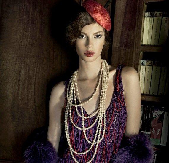 Gyöngyökkel díszített ruha, gyöngysor, műszőrme stóla és kalap.