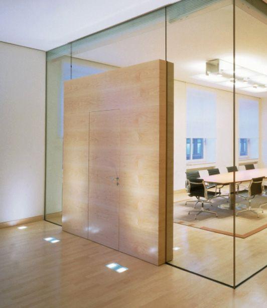 Een mooi voorbeeld van een minimalistisch deurconcept. Geen zichtbare scharnieren, geen zichtbare slot tegenplaat. Deur mooi in lijn met de wand. Vraag ons om advies, we heloen graag bij selectie van de juiste producten voor dit mooie eindresultaat.