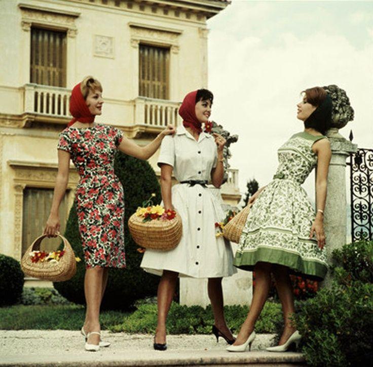 Drie silhouetten die populair worden in de jaren zestig. Rechts de nog vrij conservatieve jaren vijftig look, maar met een substantieel kortere rok ( maar nog steeds niet boven de knie ). Links zien we de wat meer form-fitted jurk die, in de traditie van Jacky Kennedy, aan populariteit wint.