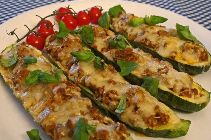 Squashbåter smaker nydelig, har lavt kaloriinnhold og er enkel å lage. Dette er et flott alternativ til pizza, da du bytter ut pizzabunn med squashbåter.