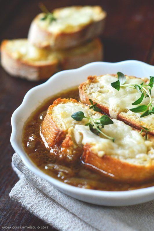 Supa de ceapa: aromele fine fac din aceasta supa o delicatesa care te indeamna sa petreci o vacanta pe meleaguri frantuzesti.