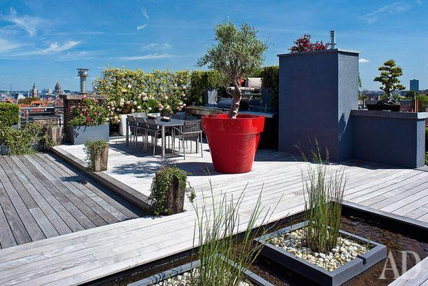 """Дом в Брюсселе, декоратор Бетси Джонсон  Пример того, как всего одна деталь """"делает"""" пространство. В данном случае это огромный красный вазон. Благодаря ему терраса примечательна не только видами на город, но и сама по себе."""