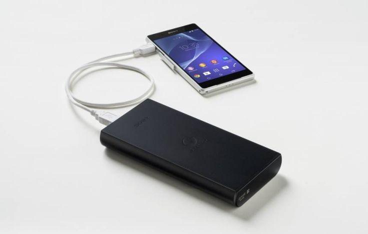 """Com quatro saídas USB, permitindo que até quatro aparelhos sejam carregados ao mesmo tempo, esta bateria externa da Sony leva, aproximadamente, 15 horas para ficar """"cheia"""" enquanto estiver ligada à tomada. Para completar a carga do seu celular, o aparelho garante levar pouco menos de duas horas. Potência: 20.000 mAh Preço: R$ 660"""