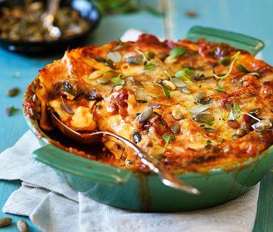 Det h�r �r en riktigt grym vegetarisk lasagne d�r den cypriotiska osten halloumi f�r ers�tta klassisk bechamels�s. Halloumin tillf�r en sk�n s�lta och h�rligt tugg. I �vrigt �r det bara att koka tomats�sen med spenat, rosta pumpak�rnor och b�rja varva!