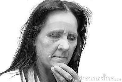 Eveleen Auch, la madre di Leara. Sempre pensierosa e silenziosa, è un'abile sarta che lavora per molte delle famiglie ricche della zona di Casden. Si è trasferita qui con suo marito da diversi anni, ma non hanno mai legato molto con il vicinato e gli altri paesani.