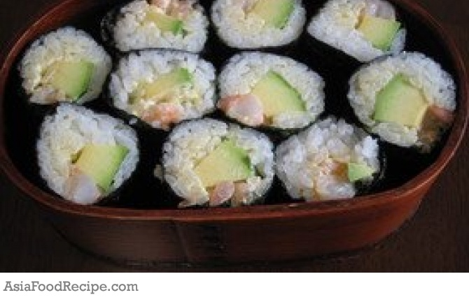There's no time to lose. Prepare this avocado and shrimp sushi recipe quickly.