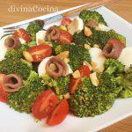 Ensalada de brócoli con anchoas y queso