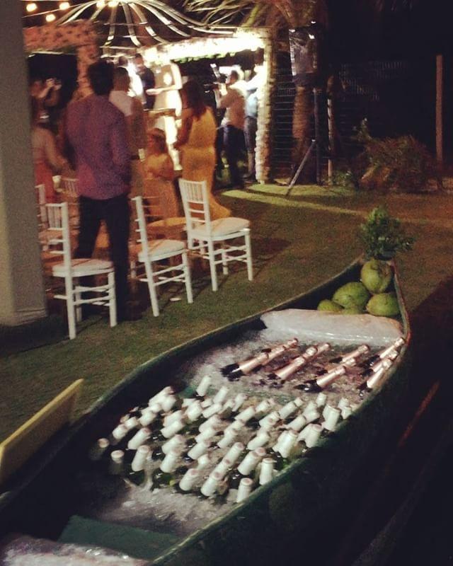 Amo esse barco cheio de @talentovinhos para casamento na Praia !! Esse na renovação da blogueira @jornalistaabordo com jorge !! A assessoria de @chrismellassessoria !! A noiva veste @elcimarbadualtacostura e o noivo e o filho @mzaniratonoivas !!!  http://gelinshop.com/ipost/1524978641623333473/?code=BUpz_6wBDph