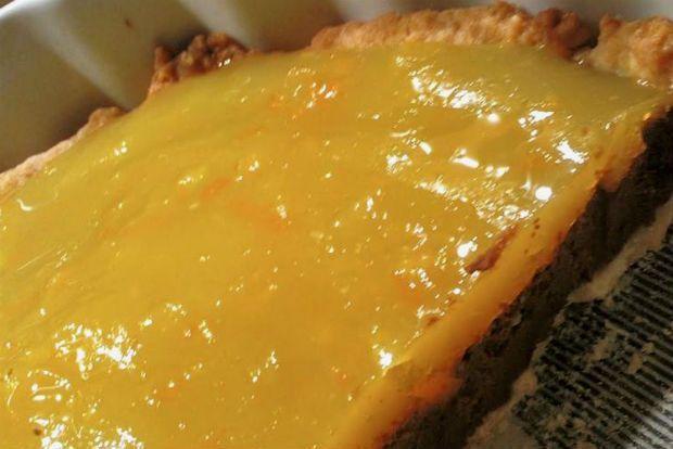 Το πορτοκάλι απογειώνει ό,τι κι αν συνοδεύει: από το κοινό κέικ φόρμας, τις κρέμες ψυγείου ως και τα μπελαλίδικα σιροπιαστά, μα το μεγάλο του πάθος είναι η σοκολάτα. Αποφάσισα να δοκιμάσω αυτό τον συνδυασμό κάπως αλλιώτικο, σε μια τάρτα με σοκολατένια βάση και μυρωδάτη κρέμα πορτοκάλι.