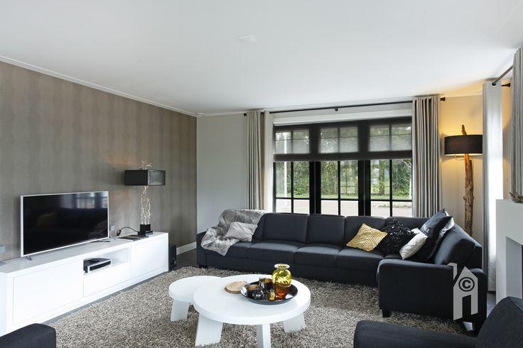 Een ruime woonkeuken als centrale plek. Een zitkamer met een gas openhaard. Veel licht en rondom uitzichten.