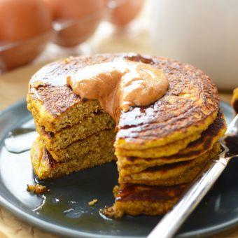 Obter festiva com o seu pequeno-almoço e fazer estas deliciosas panquecas Paleo abóbora que são livres de trigo, embalado com abóbora, e paleo-friendly!