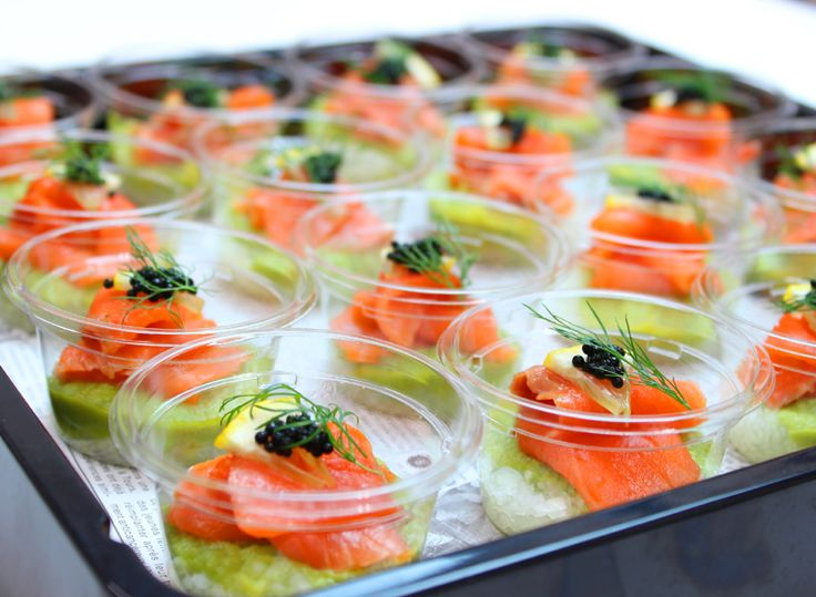 サーモンアボカドカップ | Ricca Catering & Deli