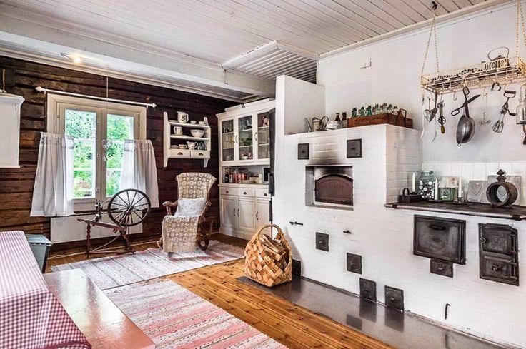 Contemporary interior in a Finnish old farmhouse | Keltainen talo rannalla: Koteja ja huonekaluja