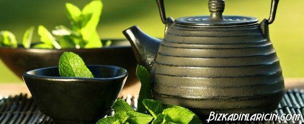 İngiliz Çayı Nasıl Yapılır? - http://www.bizkadinlaricin.com/ingiliz-cayi-nasil-yapilir.html  Süt kalsiyum deposu oldukça sağlıklı yiyeceklerdendir. Çayın ise faydaları saymakla bitmez. İngiliz çayı resimli tarif makalemizde aşama aşama bu çayın nasıl yapıldığını anlattık. Malzemeler 3 tatlı kaşığı siyah çay 5 yemek kaşığı şeker şurubu (1 bardak su ve yarım bardak esmer şekerden yapılıyor) 5-6 buz küpü 1/2 bardak süt ( dilersen