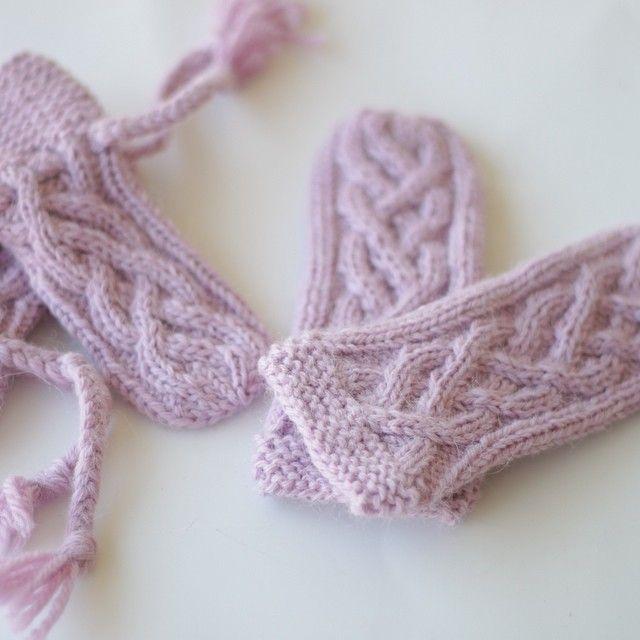 votter og sokker til min kjære lille tanteskatt i str 0-6 mnd er strikket og klart  #strikk #strikking #knitting #knitting #mydesign #madewithlove #handmade #homemade #diy #knittingmoments