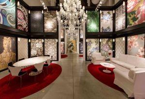 Pochi mobili bianchi e lampadari di cristallo nel flagship store di Bisazza