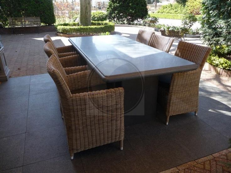 Robuuste landelijke tafel met zes stoelen