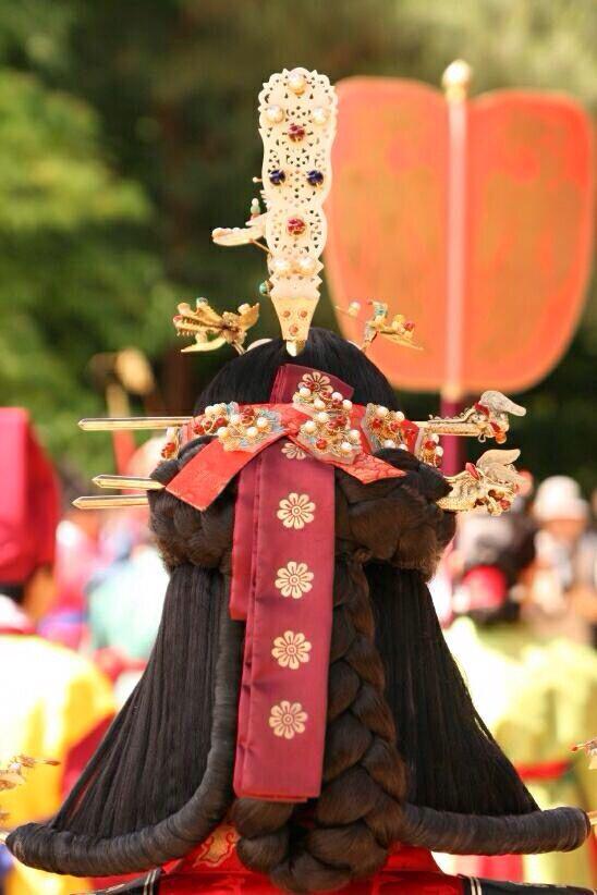 Back view of queen's ceremonial headdress