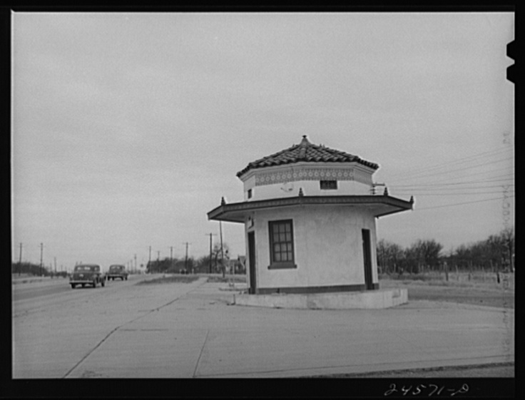Abandoned gas station, Fort Worth-Dallas highway, Texas: photo by Arthur Rothstein, January 1942