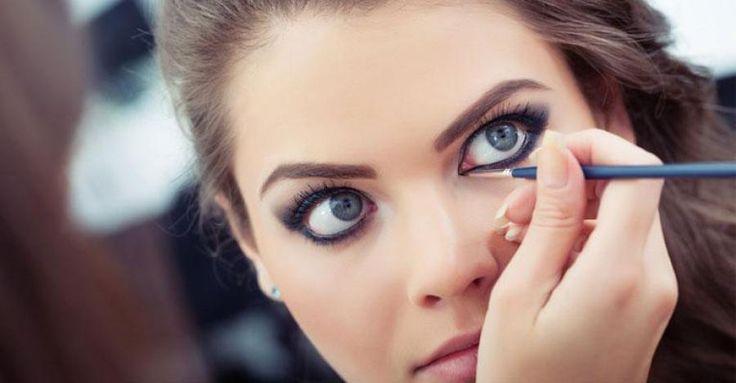 No solo puedes emplear un lápiz para hacer un delineado perfecto. Para delinear tus ojos puedes usa también incluso la máscara delineadora, de modo que haces suaves toques con la punta del pincel de la máscara en varios puntos de las pestañas para después, con un cotonete lo vas esparciendo suavemente como si fuera un lápiz delineador. Lucirás un maquillaje suavemente delineado destacando el brillo de tus ojos.