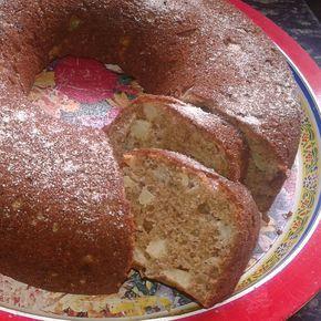 2 xícaras de farinha de trigo integral; 1,5 xícara de açucar; 0,5 xícara de óleo; 3 ovos; 1Pitada de sal; 4 maças pequenas cortadas; 2 col de canela; 1 col de fermento em pó . Misturar os ingredientes secos peneirados.  Bater no liquidificador os ovos, óleo e as cascas de maçã e misturar com ingredientes secos. Untar a forma com canela e açúcar. Forno 200º por 40min