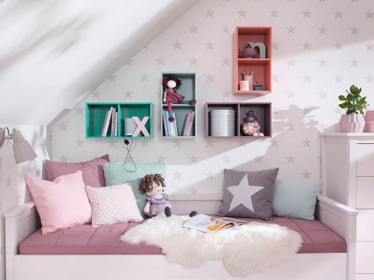 Klasyczne łóżko dziecięce, pokryte białym woskiem, z widoczną strukturą drewna, wykonane w stylu klasycznym. Łóżko idealnie będzie służyć jako przytulny kącik do czytania lub spotkań, gdy nasza pociecha zaprosi przyjaciół. Poduszki i narzutę możemy dobrać w dowolnej stylizacji i odcieniu, gdyż biel jest uniwersalna i pasuje do wszystkiego. Wybierając wypoczynek Lily, zapewnimy naszemu dziecku dobry sen oraz doskonałe, a zarazem przytulne i bezpieczne miejsce d...