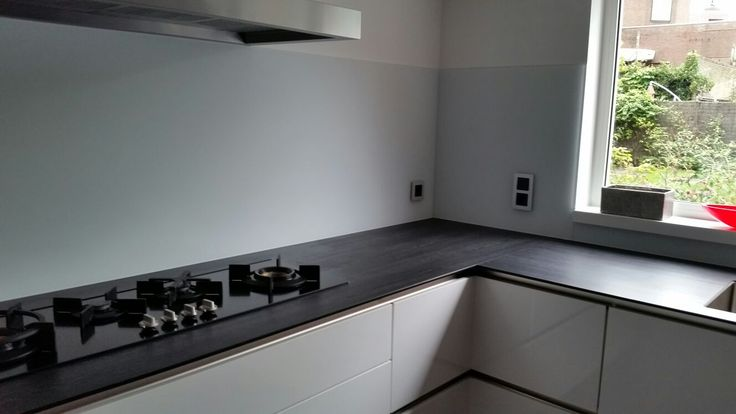 Keuken achterwand satijn glas achter de kookplaat