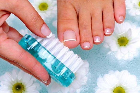 Nézzük, mi okozza a körömgombát és miként lehetnek segítségünkre a természetes gyógymódok!