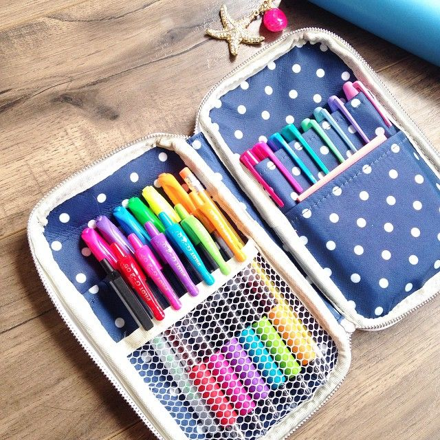 @chelleydarling on Instagram - Inside my Sky blue Craftmate Folio from @websterspages • I use this one to store my rainbow Pilot G2 pens, Sharpie highlighters, Sharpie fine-tip permanent markers and pastel permanent markers for planning with laminated dry-erase inserts. Throw in a generic pen, pencil, and sticky notes, and I have just about everything I need for note taking and learning. Love the portability!