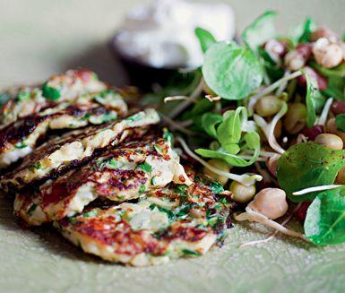 Mumsiga vegetariska, hälsosamma plättar på råriven zucchini, lök och vitlök. Ge dem smak av medelhav med fårost, dill och mynta.