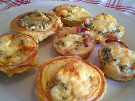 Cupcakes de peito de peru e bacon com omelete.