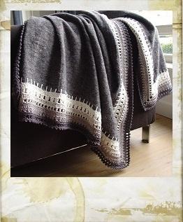 Pakdeken (verhuisdeken) met gehaakte rand. Movers blanket with a crocheted border.