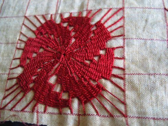 El ñandutí (en español: tela de araña ) es originario de Paraguay, es un encaje de agujas que se teje sobre una tela, sostenida por bastid...