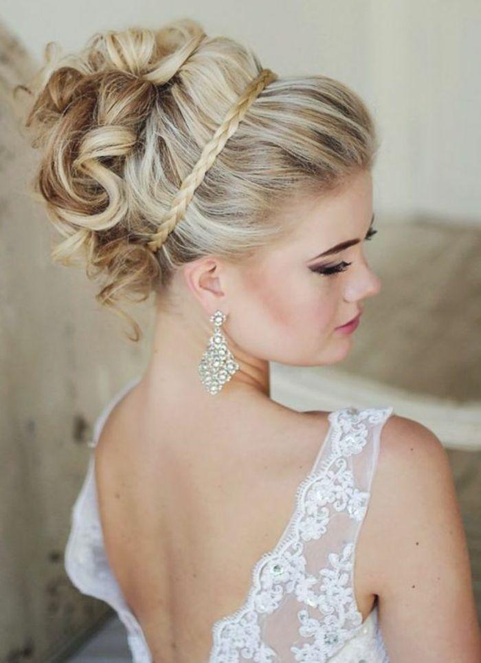 Braut Mit Weissem Kleid Mit Spitze Und Schoner Frisur Hochzeitsfrisuren Frisur Hochzeit Hochsteckfrisuren Hochzeit
